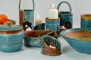 Verschiedene Behälter für Kerzen und Schalen