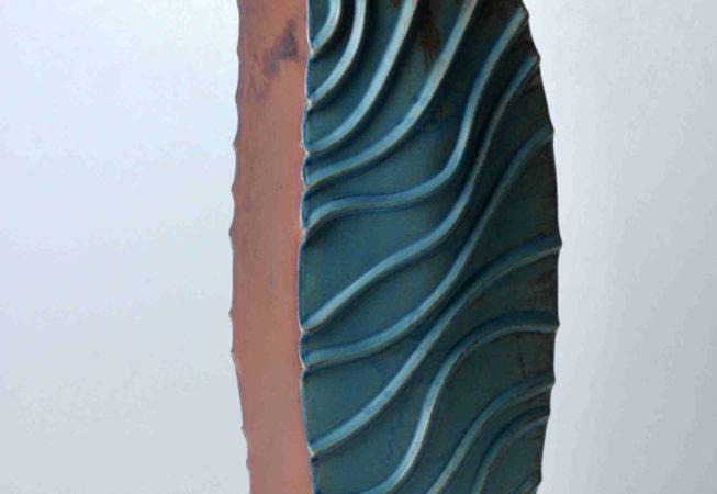 Ein Unikat mit unterschiedlich aussehenden Flächen. Schlichte braune Seiten und wellige Flächen bilden eine ungewöhnlich geformte Vase, die für Gestecke genutzt werden kann.