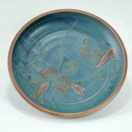 Eine große runde blaue Schale mit einem interessant dekorierten Bild