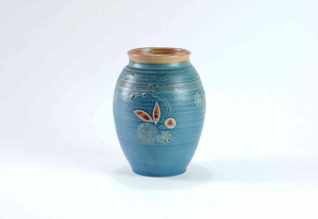 Eine blaue dekorierte runde Vase mit weiter Öffnung