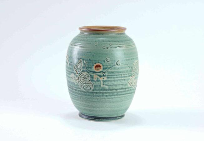 Eine runde Vase mit weiter Öffnung und breitem Standfuß