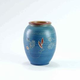 Eine. schlichte und dezent dekorierte blaue runde Vase