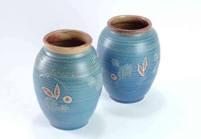 Zwei blaue Vasen mit weiter Öffnung und gestempelten und gemalten Verzierungen
