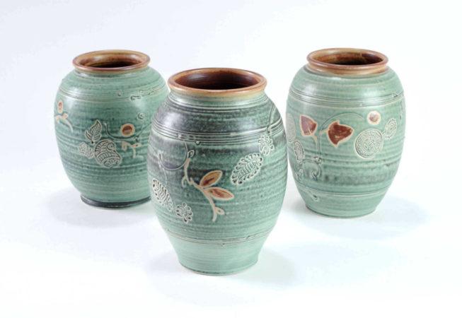 Verschiedene grüne runde Vasen mit weiter Öffnung für z. B. Tulpen