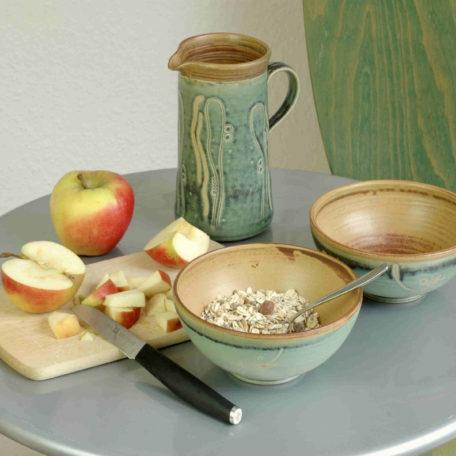 """grüne Schalen """"Rondo"""" für Müsli oder andere Lebensmittel und ein Krug"""