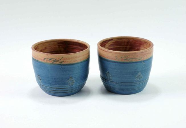 Unen blaue und oben braune Übertöpfe für 12er Pflanzentöpfe