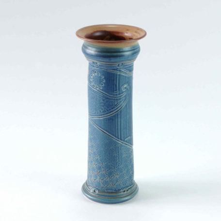 Schlanke blaue Vase, ein Unikat mit strukturiertem Körper
