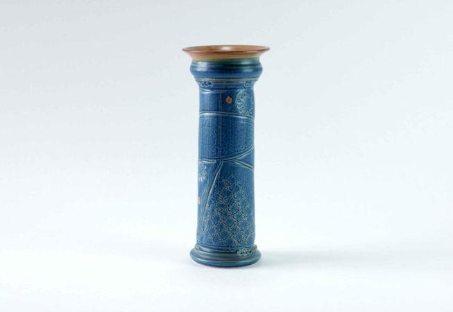 """Die blaue schlanke und hohe Vase """"Nelia"""" ist durch die Dekoration ein Einzelstück."""