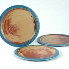 Mittelteller mit blauem Rand und einer schlicht rost- sandfarbenen Fläche