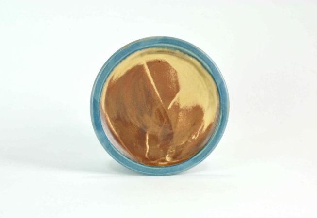 Teller mittelgroß mit blauem Rand und einer schlichten rost-sandfarbenen Fläche